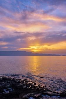 Морской закат с драматическим небом