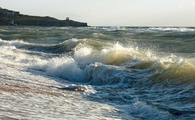 Морской прибой, большой перерыв на береговой линии