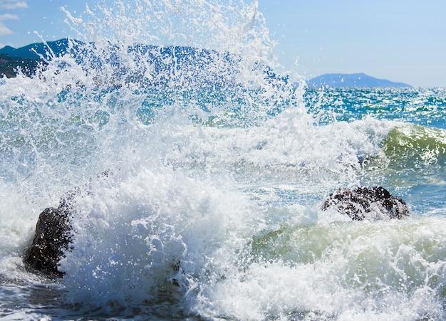 海岸線の海のサーフブレイクと地平線の右のメガノム岬
