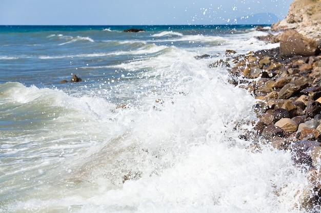 石の多い海岸線とアユダグでの海のサーフブレイク