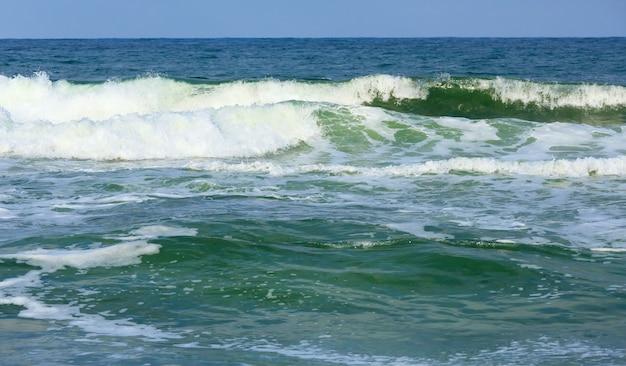 거품 모자와 바다 서핑 파도입니다. 해변에서 저녁보기.