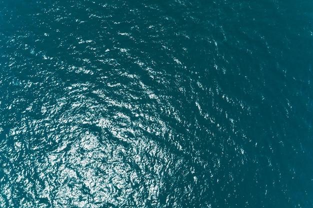 바다 표면 공중 보기, 푸른 파도와 물 표면 질감의 조감도 사진 푸른 바다 배경 아름 다운 자연 놀라운 자연 바다입니다.
