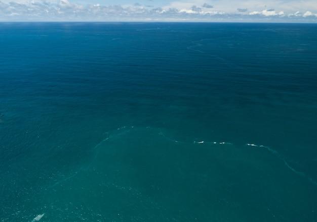 바다 표면 공중 보기, 푸른 파도와 물 표면 질감의 조감도 사진 푸른 바다 배경 아름 다운 자연 놀라운 보기입니다.