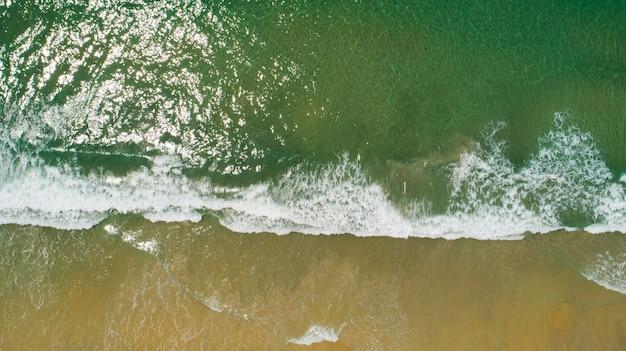 바다 표면 질감 아름 다운 열 대 해변 모래 상위 뷰입니다.