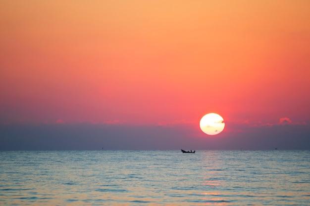 雲と空に囲まれた朝の海