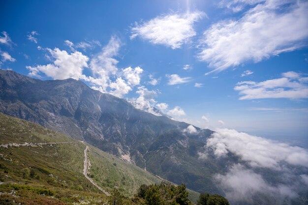 アルバニアの山と雲と海の熱帯の風景