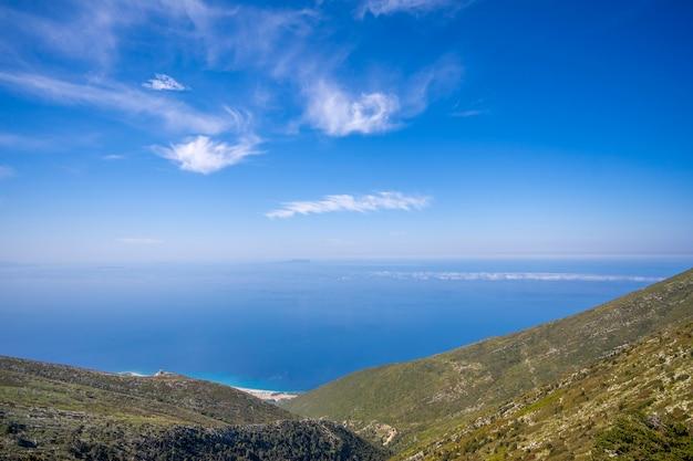 アルバニアの山々と海の熱帯の風景