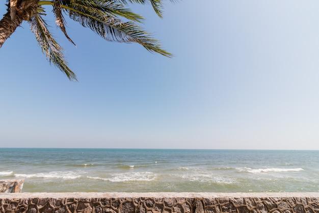 Вид на море с балкона на пляже хуахин в таиланде