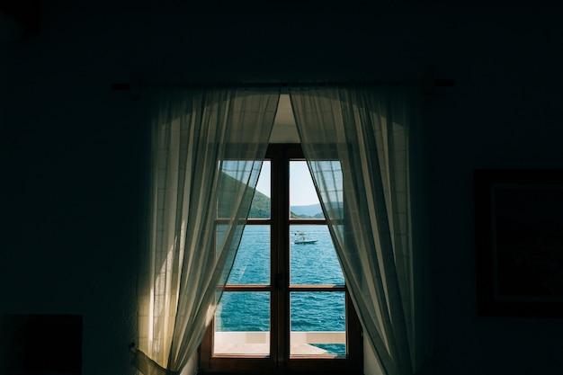창에서 바다 전망