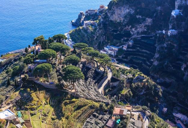 イタリア、アマルフィ海岸のヴィラチンブローネテラスラヴェッロからの海の眺め。