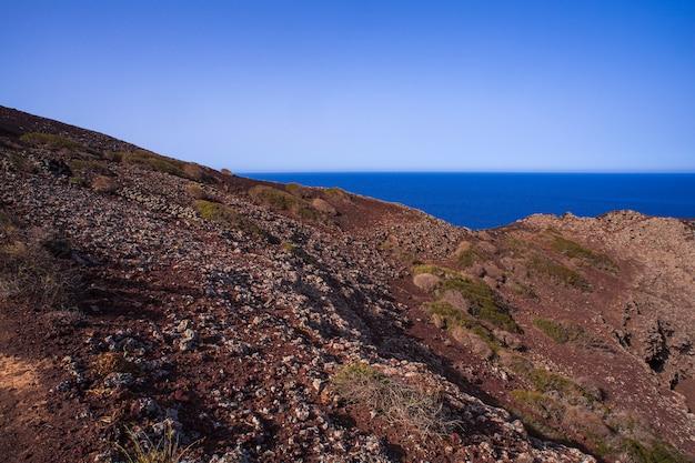 Вид на море линоза на вершине вулкана монте-неро, остров пелагие, сицилия
