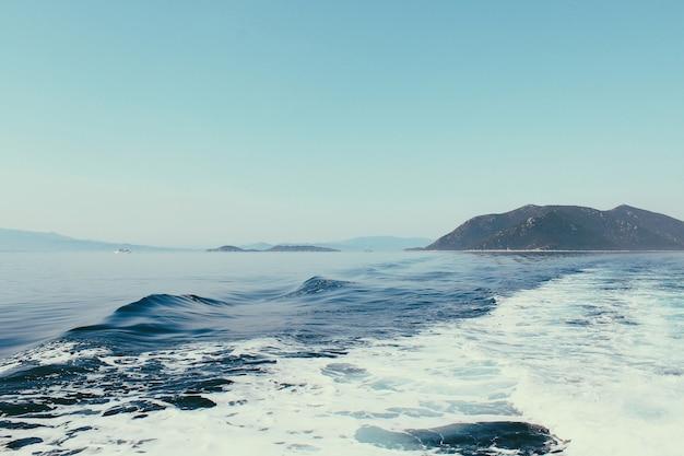 Вид на море острова скиатос. волны на море покидают теплоход. живое синее море и небо.