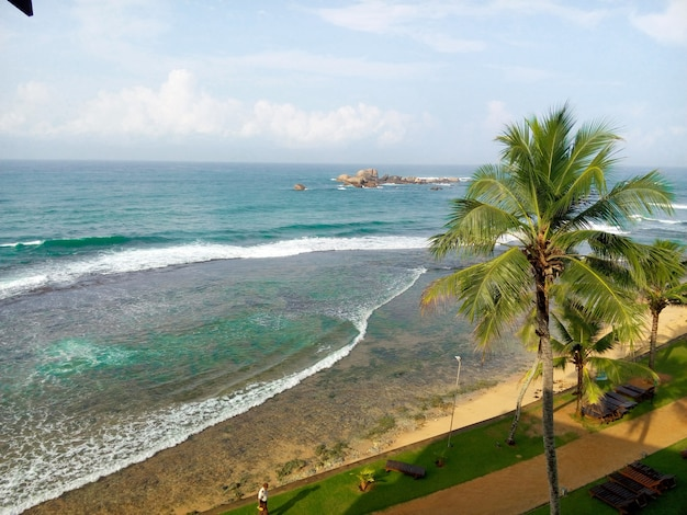 ヒッカドゥワスリランカのインド洋沖の海の景色レジャーとツアーのコンセプト