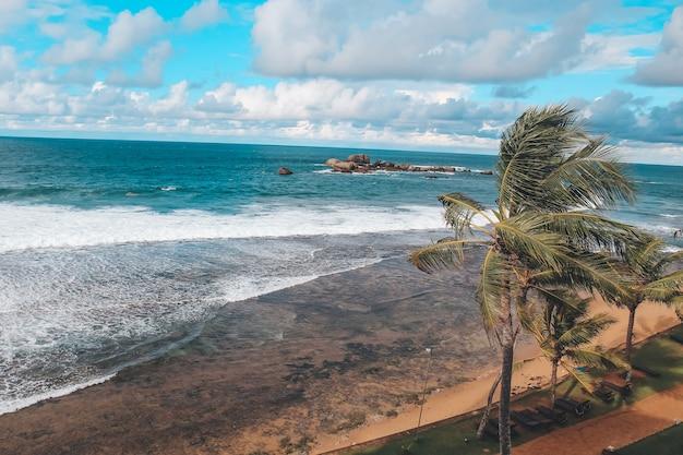 スリランカのヒッカドゥワにあるインド洋沖の海の景色。レジャーと観光の概念。