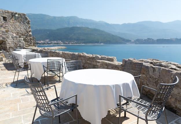 山の景色を望むモンテネグロの高級ホテルの海の見えるテラス