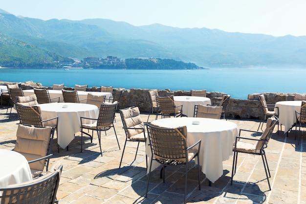モンテネグロの高級ホテルの海の見えるテラス