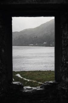 スコットランド、キルカーン城の岩だらけの窓からの海の眺め