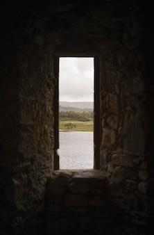 海视图通过Kilchurn城堡,苏格兰的一块岩石窗口