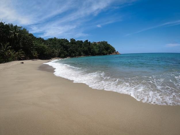 Вид на море на пляже пхукета летом, на пляже банана пхукета, таиланд. Premium Фотографии