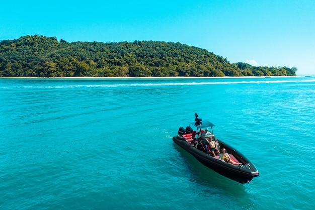 モーターボートでの若いカップルのための航海