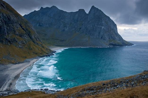 크발비카 해변의 산들 사이의 바닷물