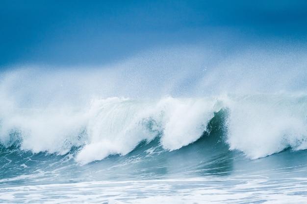 Фон морской воды красивые прибойные волны в море