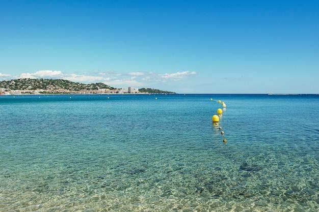 フレンチリビエラの海水、青い水