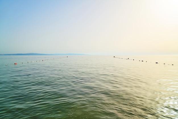 L'acqua di mare con una corda con boe