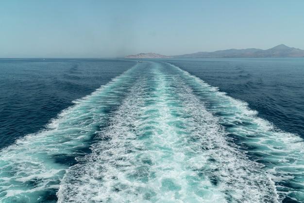 Saronic 그리스 섬 근처 페리 보트 후 하얀 거품과 바닷물