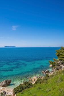海の波と小石の夏休みのコンセプト海岸の砂利に泡が入射する海の波