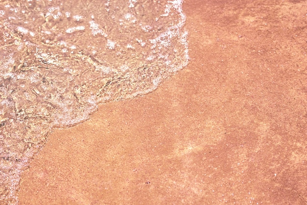 Морская волна на песчаном пляже, мягкий фокус