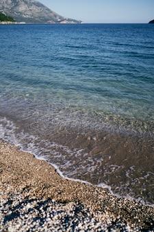 바다 파도가 해변에서 모래에 롤