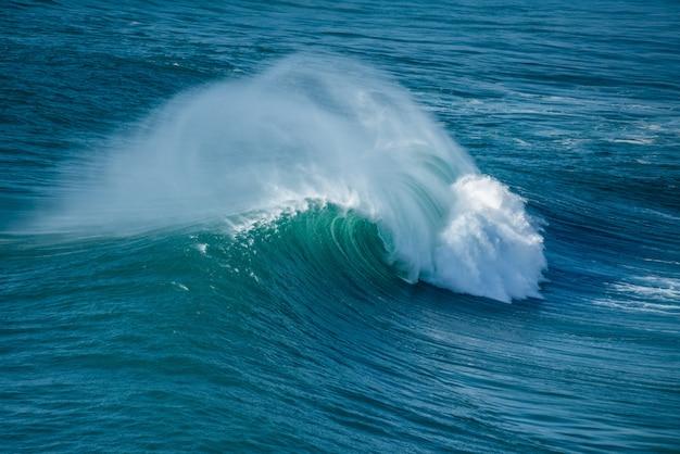海の波のしぶき