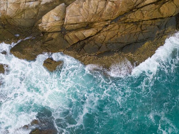위에서 본 절벽에 대 한 속보 바다 파도