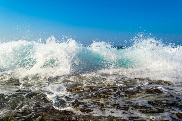 石の多いビーチで砕ける海の波