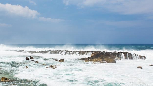 바다의 파도가 바위를 치다
