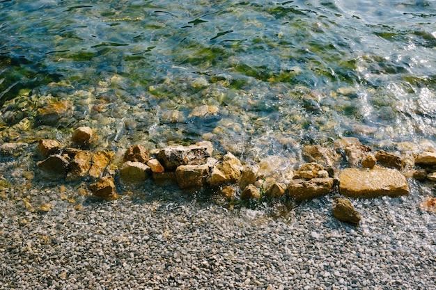 해변에 돌을 치는 바다 파도