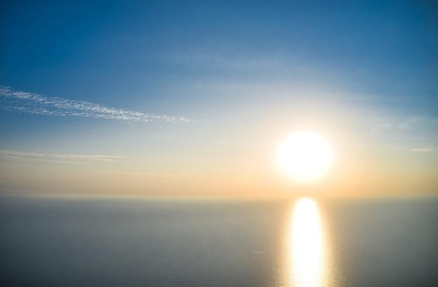 아침에 아름다운 바다에 바다 파도