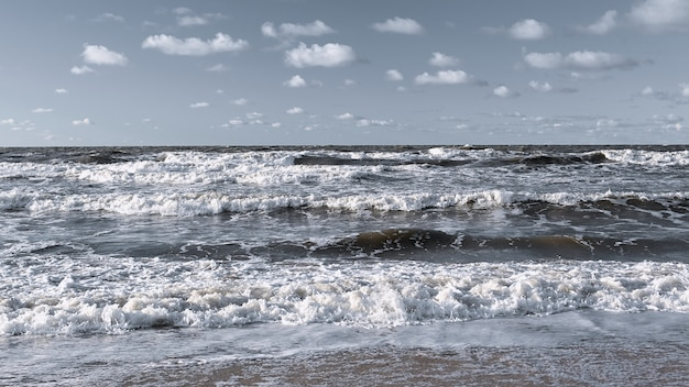 夏の日のパノラマ風景の海の波