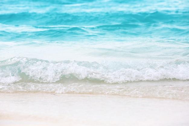 リゾートのビーチで海の波