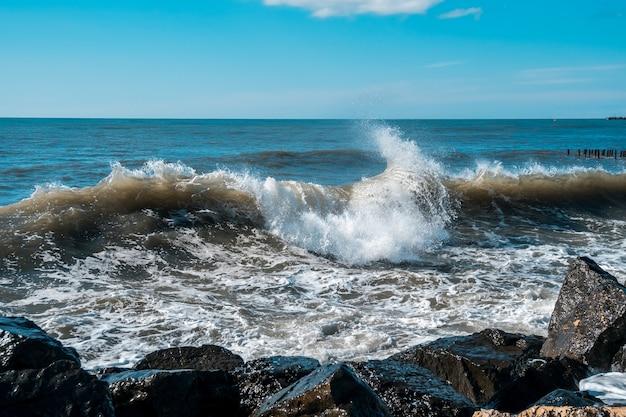 Морские волны на побережье черного моря, поти, грузия.