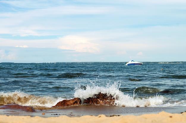 탈린 해양 풍경의 푸른 물 여름 시간 발트해에서 돌과 보트에 바다 파도