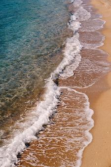 Морские волны на поверхности песчаного пляжа, вид сбоку
