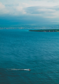 흐린 날씨와 바다