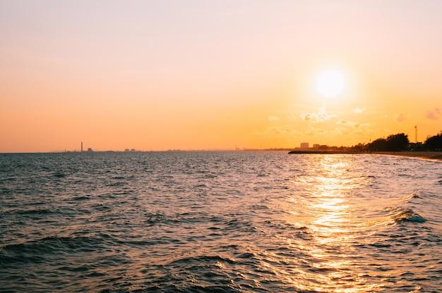 背景の都市景観と海