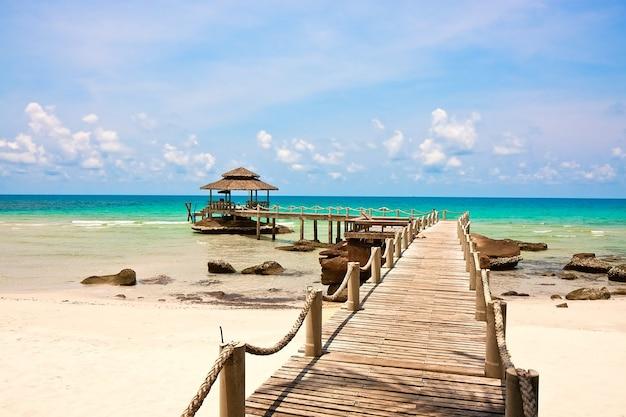タイ、クッド島の青い曇り空の下に桟橋のある海
