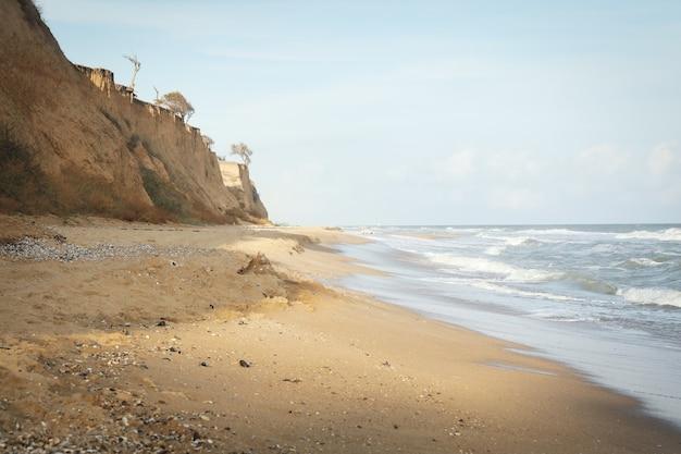 Море с волнами на прекрасном песчаном пляже