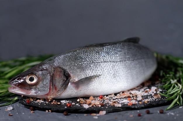 Морской окунь, сырая, свежая рыба на доске