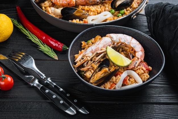 Паэлья с морепродуктами и курицей с рисом на сковороде