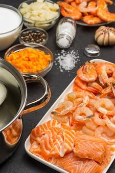 クラムチャウダーのスープを調理するためのシーフードと野菜の食材。オメガ3の自然な源。